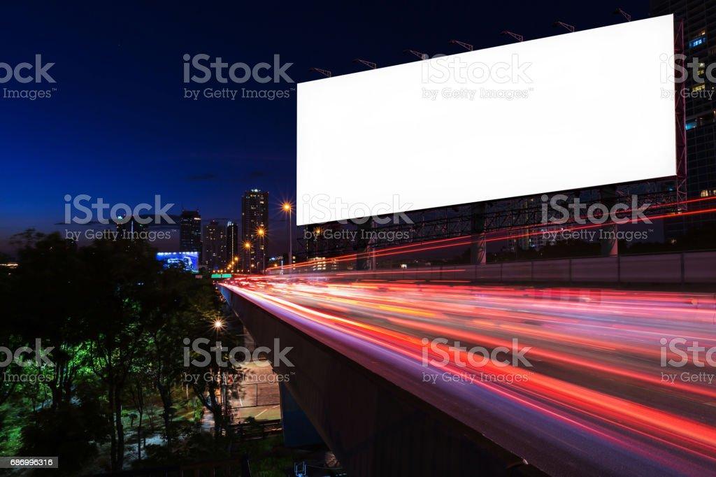 Weißen leeren Plakatwand in der Nähe von Lichtspuren Straße in Nacht Lizenzfreies stock-foto