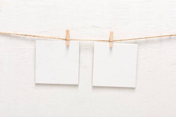 weiße blanko-karten am seil, textfreiraum - karten wandkunst stock-fotos und bilder