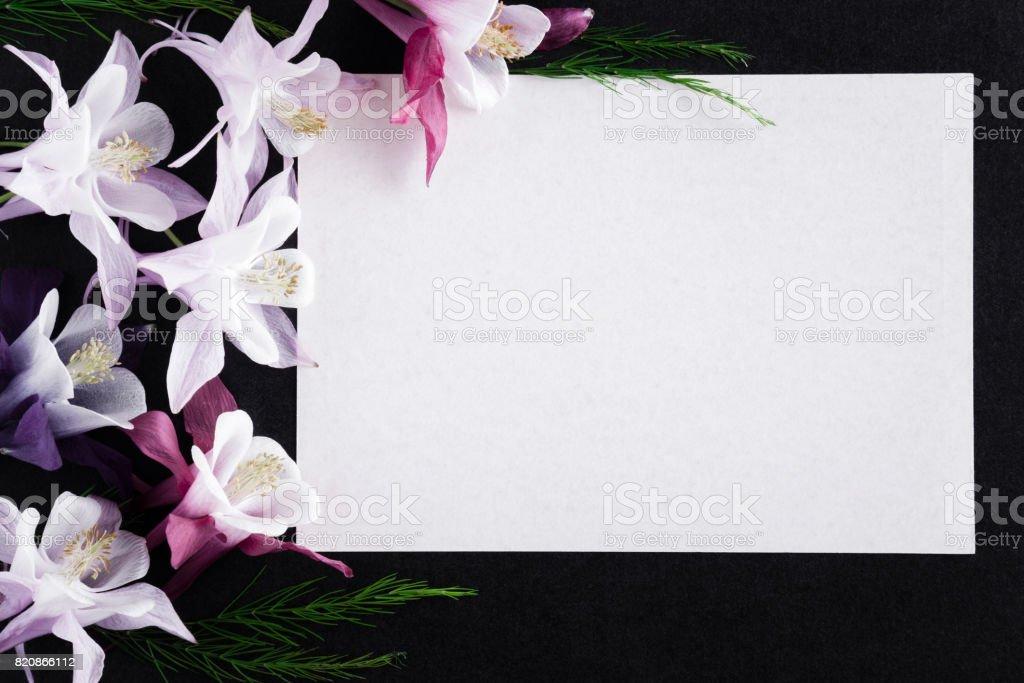 Carte De Condoléances Vierge Blanche Avec Des Fleurs Fraîches Sur