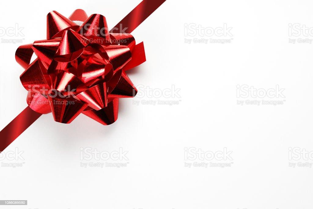 Chèque-cadeau vide blanc avec un arc rouge et ruban - Photo