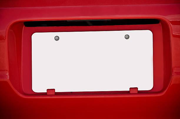 Weiße leere Nummernschild auf roten Auto – Foto