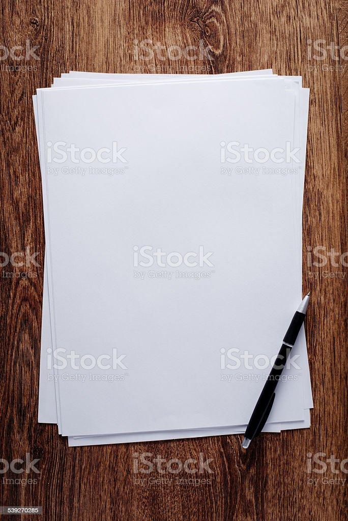 Weiße leere Papier und Stift auf Holz-Tisch – Foto