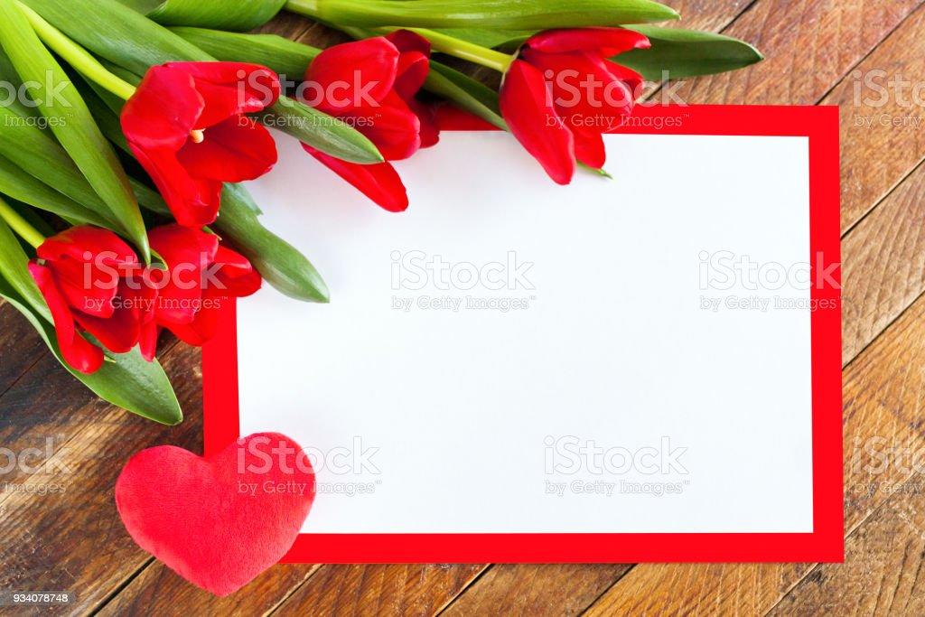 Weißen Leeren Blatt In Roter Rahmen Rote Tulpen Und Plüsch Herz Auf ...