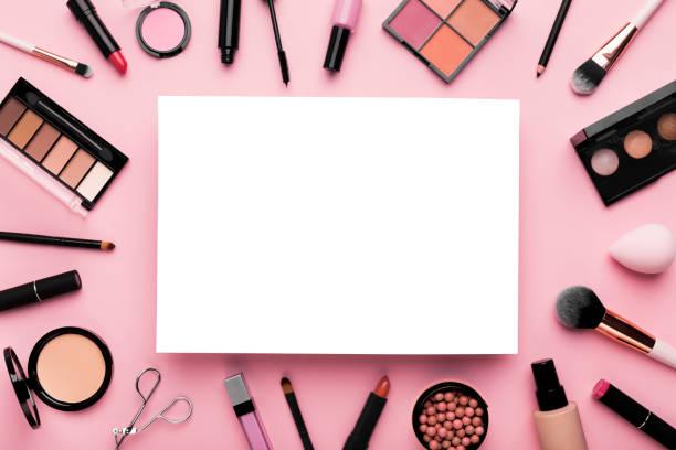 Weißes leeres Blatt Papier umgeben von luxuriöser dekorativer Kosmetik – Foto