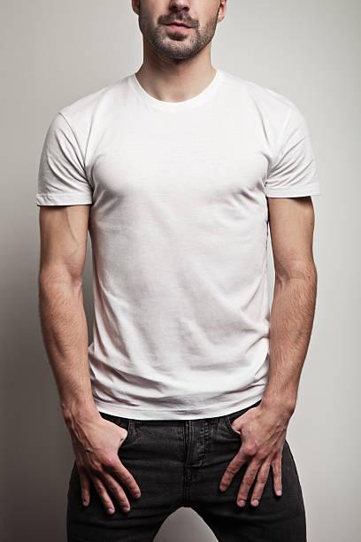 Weißen leeren t-shirt auf einen Mann mit Stoppelbart – Foto