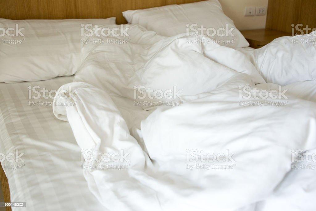 vit filt ovårdade på sängen - Royaltyfri Avkoppling Bildbanksbilder