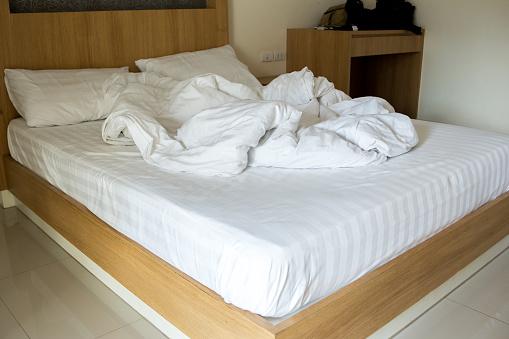 Witte Deken Dishevelled Op Het Bed Stockfoto en meer beelden van Bed
