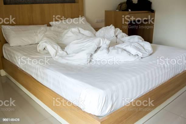 Coperta Bianca Arruffata Sul Letto - Fotografie stock e altre immagini di Camera d'albergo