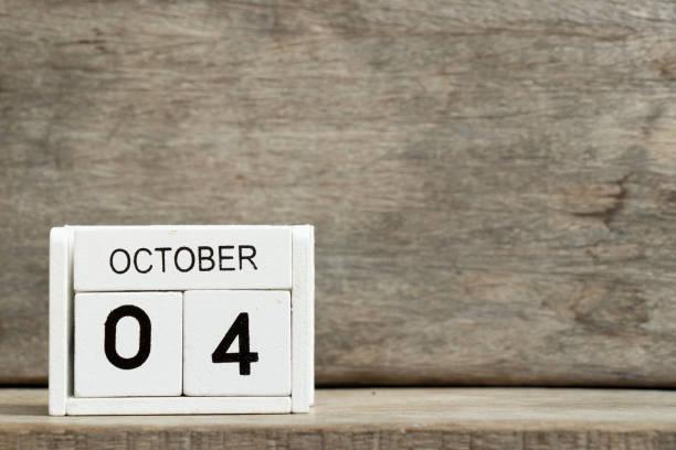 weißer block kalender heute 4 und monat oktober auf holz hintergrund - spieltag vorspeisen stock-fotos und bilder