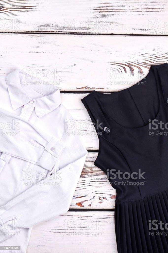 Stockfoto Schwarze Schule Für Bluse Kleid Und Mädchen Weiße Der 9WIH2EDY