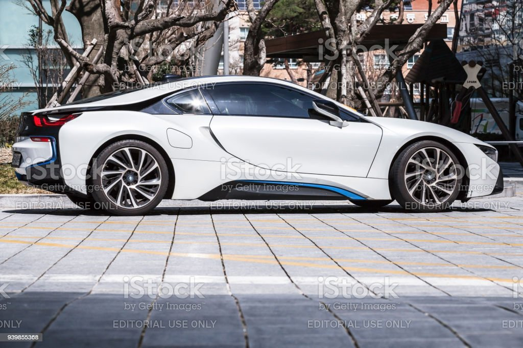 Blanco BMW i8 híbrido enchufable coche de los deportes - foto de stock