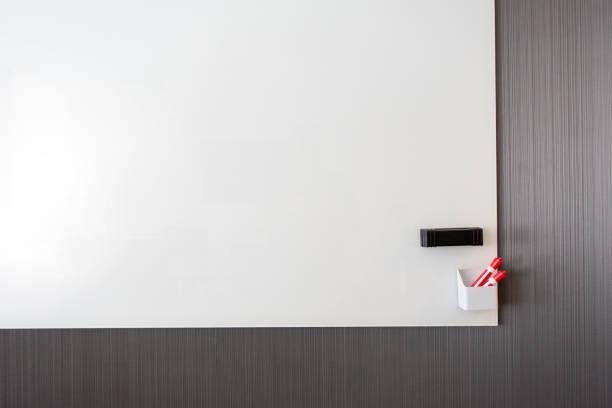 caneta borracha vermelha de placa branca clara - foto de acervo