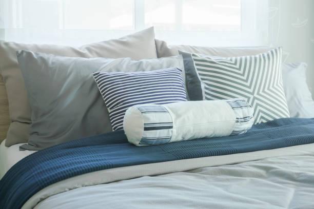 weiße polster und kissen im bett im modernen klassischen schlafzimmer innenraum - marineblau schlafzimmer stock-fotos und bilder