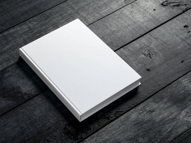 koyu ahşap masa arka plan üzerinde beyaz kitabın mockup - kitap stok fotoğraflar ve resimler