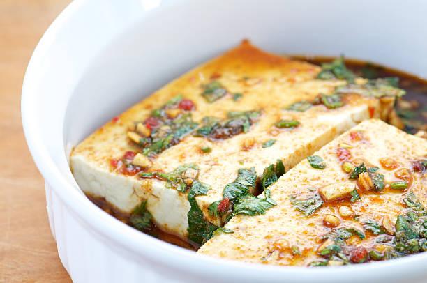 weiße schale mit tofu in marinade - mariniertes tofu stock-fotos und bilder