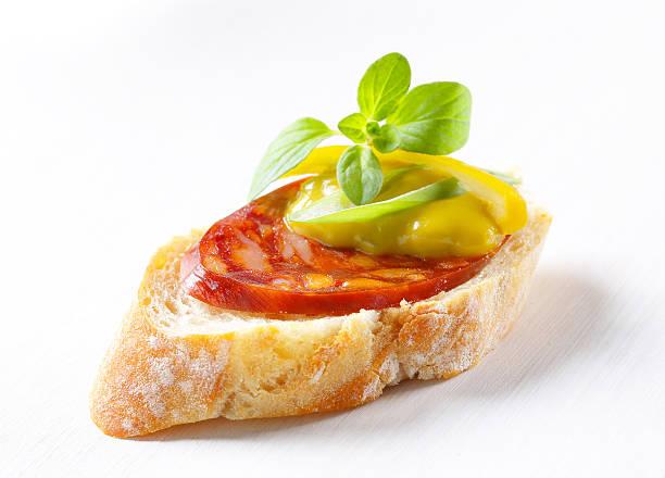 weißbrot mit chorizo - salami vorspeise stock-fotos und bilder