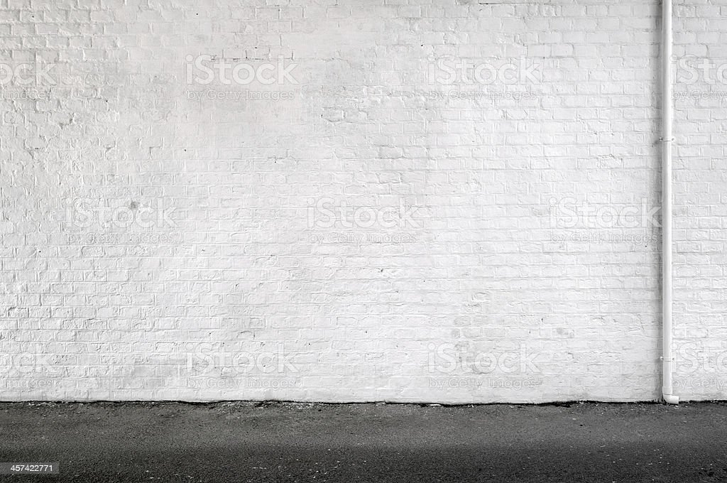 Parede de tijolo branco e calçadas In An Urban Street- fundo - Foto de stock de Branco royalty-free
