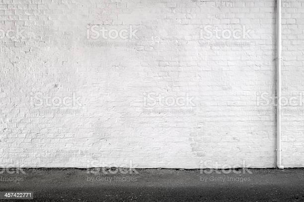 Foto de Parede De Tijolo Branco E Calçadas In An Urban Street Fundo e mais fotos de stock de Branco