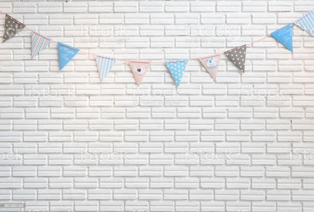Parede de tijolo branco decorado por bandeira colorida dos desenhos animados para crianças - foto de acervo