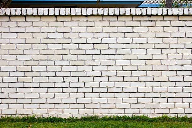 white brick wall - steine für gartenmauer stock-fotos und bilder