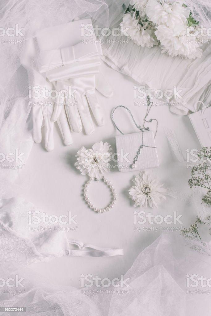 2e95739fcc3 Weiße Braut-Accessoires für Hochzeit Hintergrund mit weißen Satinbänder und  Spitze