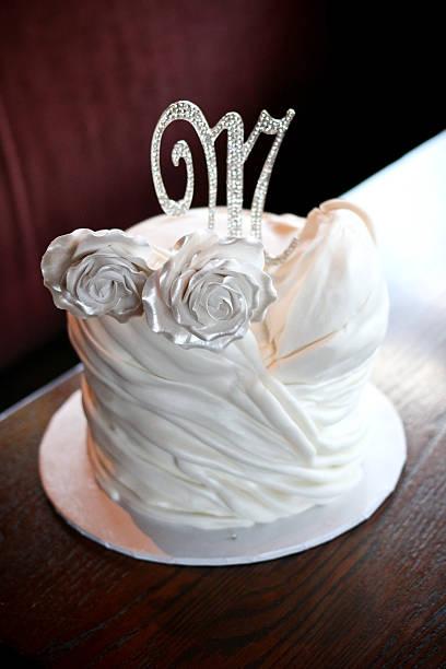 white bridal shower cake - brautparty kuchen stock-fotos und bilder