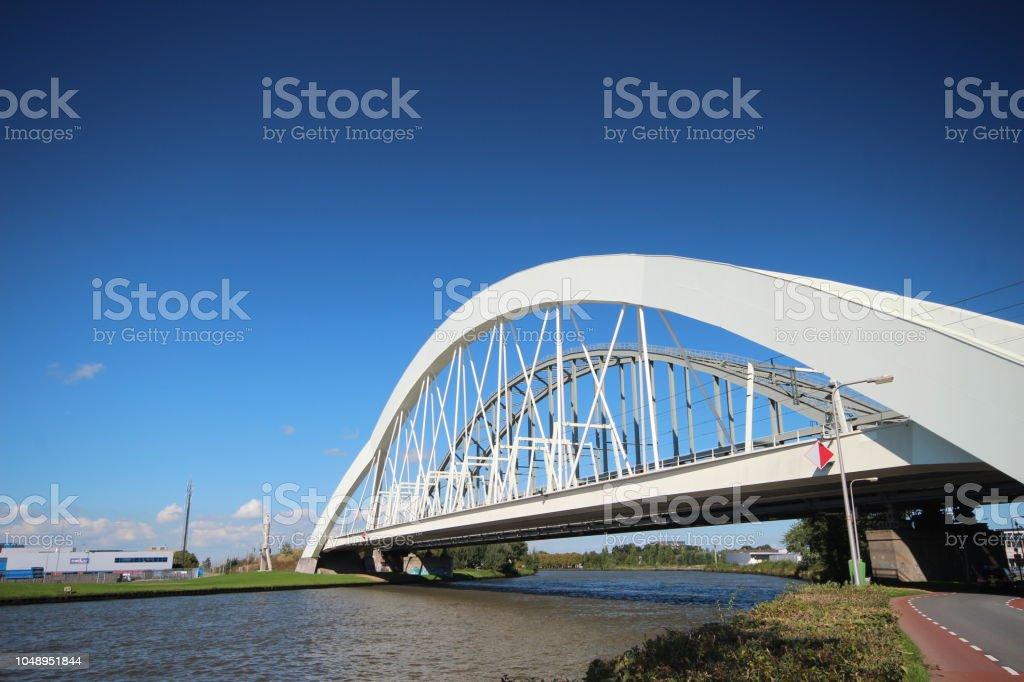 Witte bruggen voor treinen tussen Amsterdam en Utrecht genaamd Demkabrug en Werkspoorbrug in Utrecht over het Amsterdam-Rijnkanaal foto