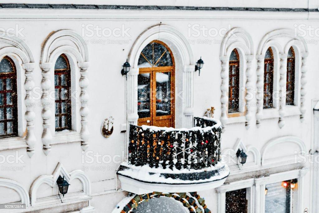 Fotografia De Edificio Blanco Con Un Balcon Decorado Con Guirnaldas