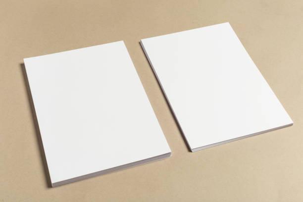 weiße visitenkarte auf holztisch. leere hochformat a4. - flyer vorlagen stock-fotos und bilder