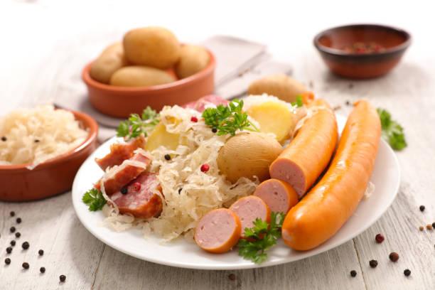 chou blanc à la viande et de pommes de terre - choucroute photos et images de collection