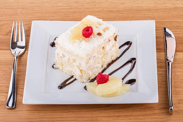 white cake slice auf einem weißen teller  - ananaskuchen stock-fotos und bilder
