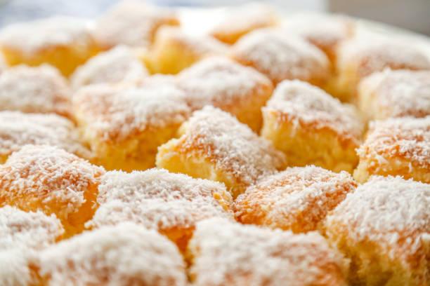 weißen kuchen mit kokos - portugiesische desserts stock-fotos und bilder