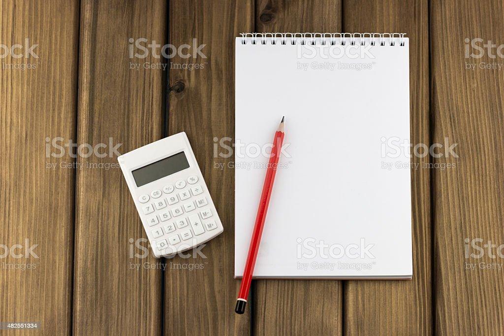 White Rechner und roten Stift und Notizblock – Foto