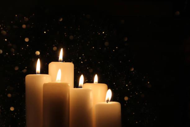 weiße kerzen brennen in der dunkelheit mit licht leuchten. - trauer abschied tod stock-fotos und bilder