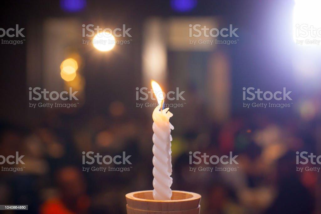 castiçal branco com desfocar o fundo de bokeh. imagem de fundo, papel de parede e cópia espaço. descansar no conceito de paz. jantar romântico para o conceito de aniversário. - foto de acervo