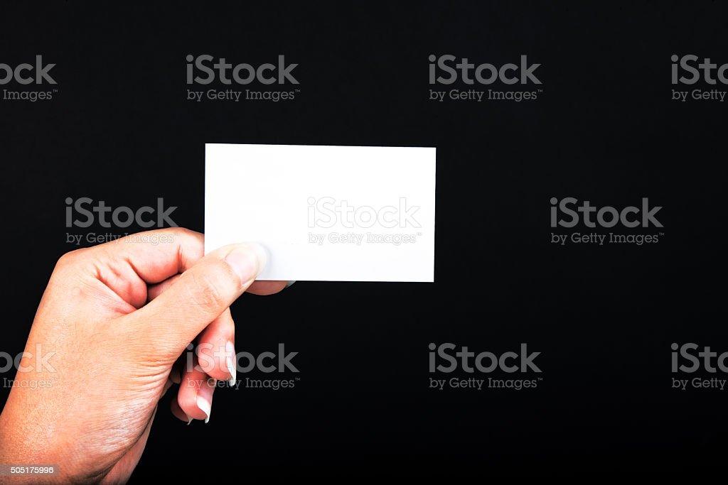 Cartão branco na mão da mulher. - foto de acervo