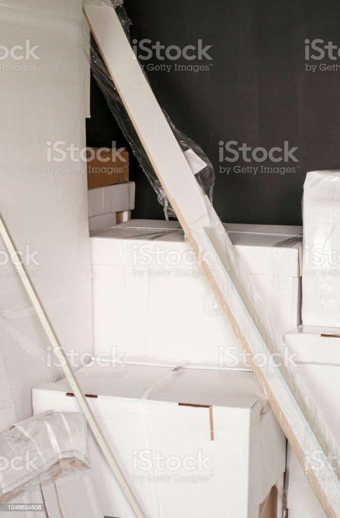 Weißen Kartons Mit Neue Möbel Stehen In Einem Raum Nahe Der Wand