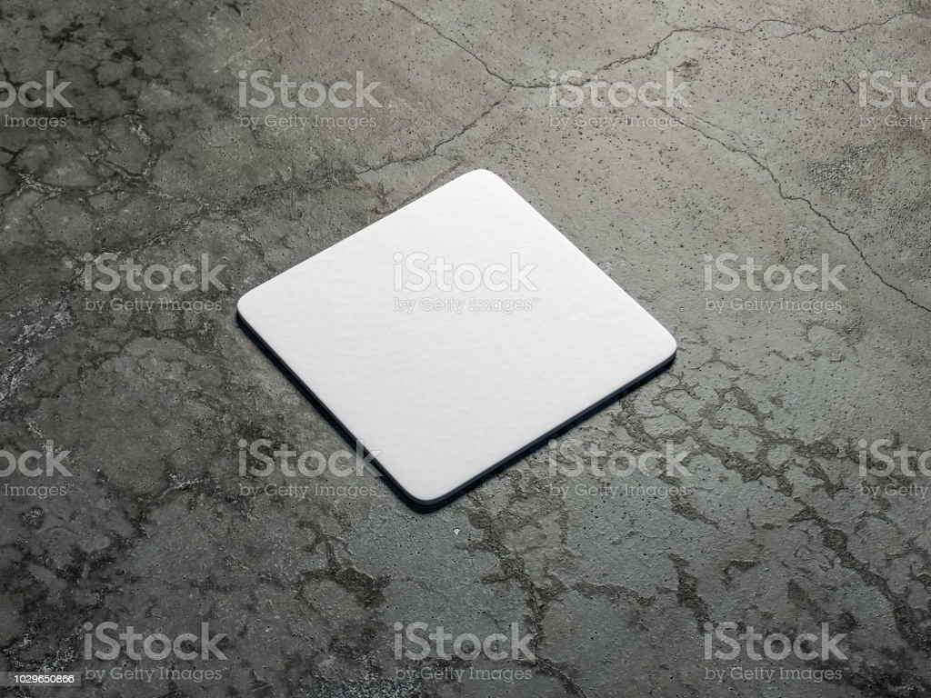 Posavasos de cerveza cuadrados de cartulina blanca maqueta en el piso de cemento - foto de stock