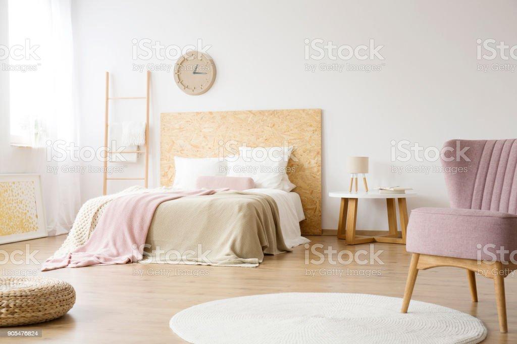 Weisser Teppich Im Hellen Schlafzimmer Stockfoto Und Mehr Bilder Von Behaglich Istock