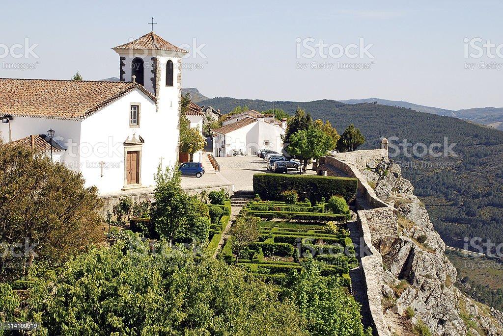 Weiße Kathedrale und Ziergarten im mittelalterlichen Dorf Marvao – Foto