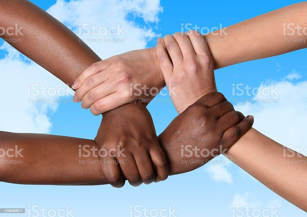 Femme Caucasien blanc et noir afro-américaine tenant les mains - Photo