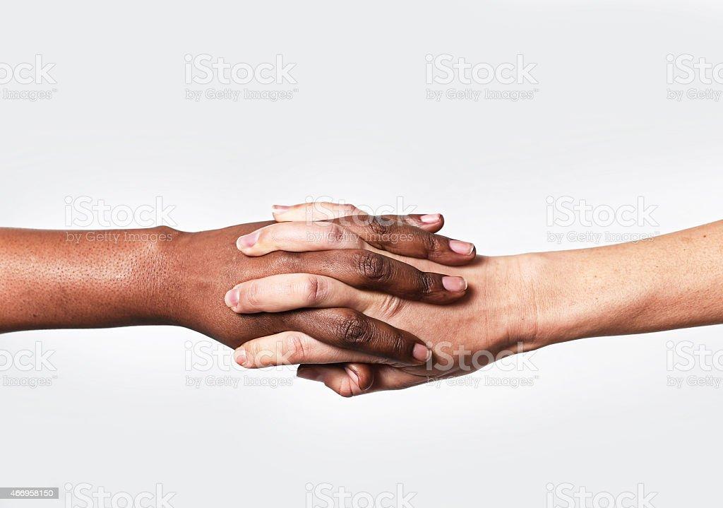 Blanc Caucasien main noir afro-américaine tenant la main de la diversité mondiale - Photo