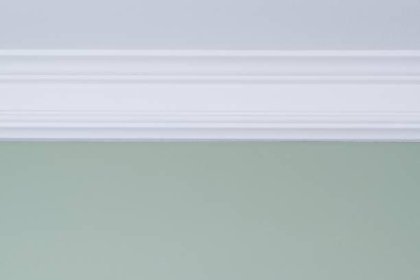 branco de parede pintada de verde, molde do teto. close-up detalhes interiores - moldando - fotografias e filmes do acervo