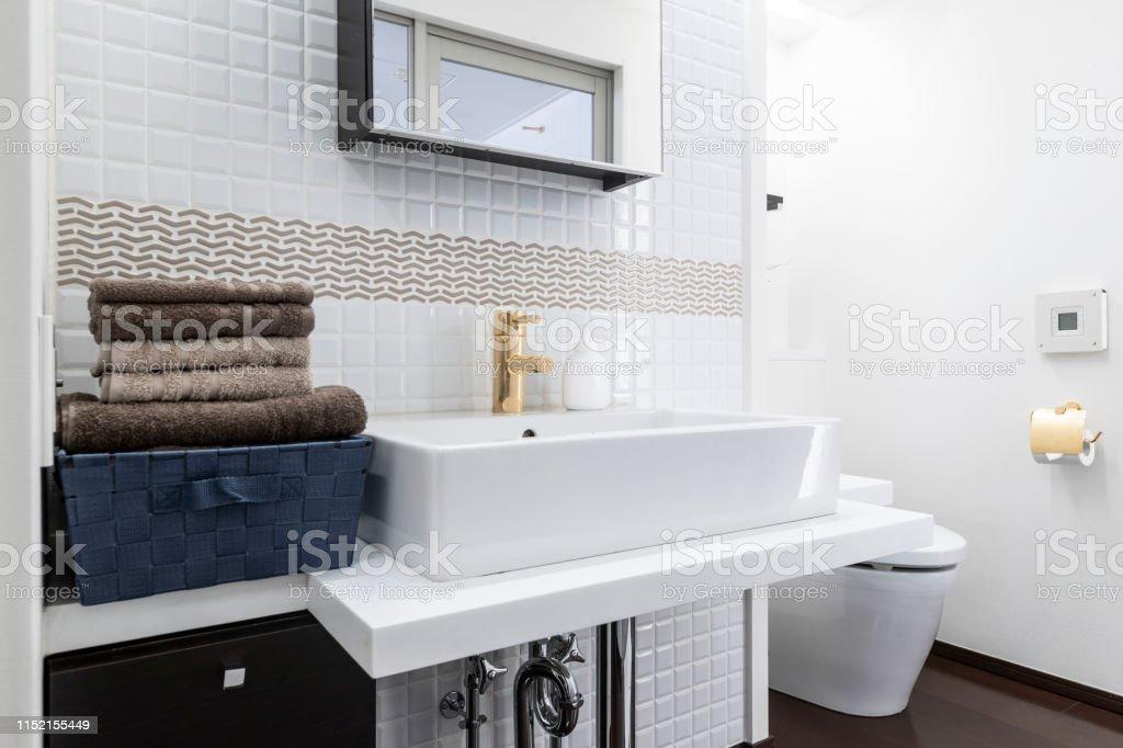 Weißes Keramikbecken Im Badezimmer Modernes Design Stockfoto ...