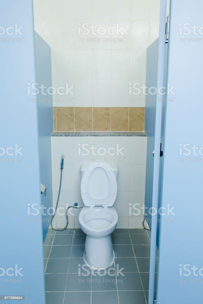 Weiße Keramik Toilette Im Wcraum Moderne Wcschüssel In Einer ...