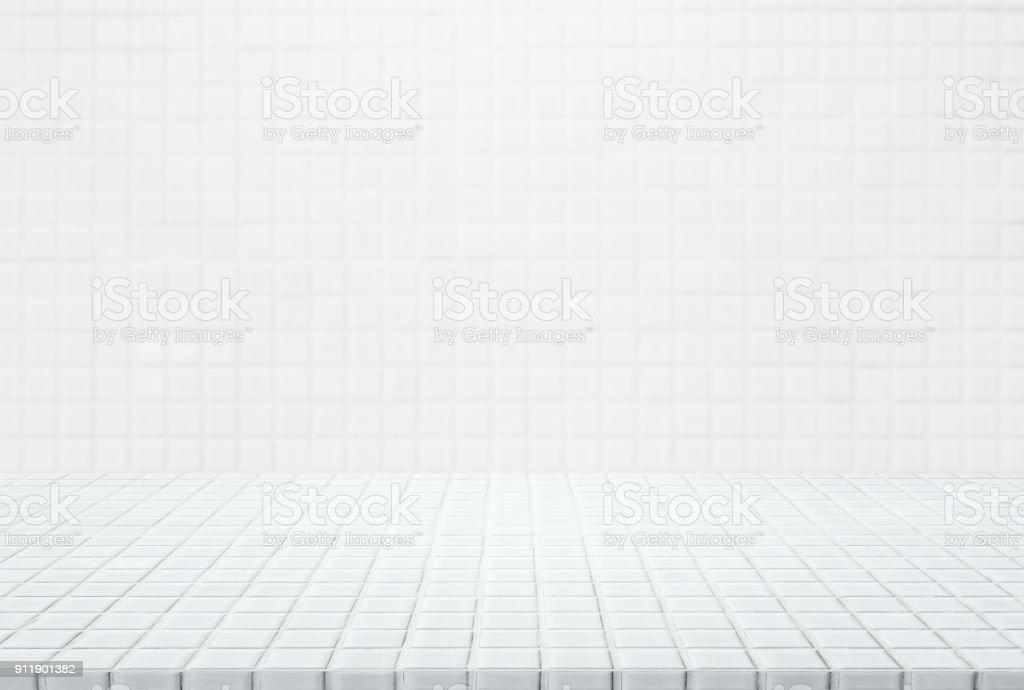 Mesa de mosaico cerâmico branco e fundo da parede - pode ser usado para exibir ou montagem de seus produtos. - foto de acervo