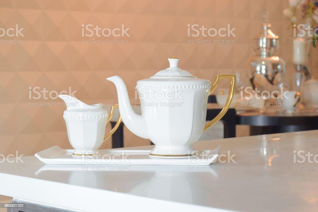 白いダイニング テーブルに白いセラミックお茶セット ロイヤリティフリーストックフォト