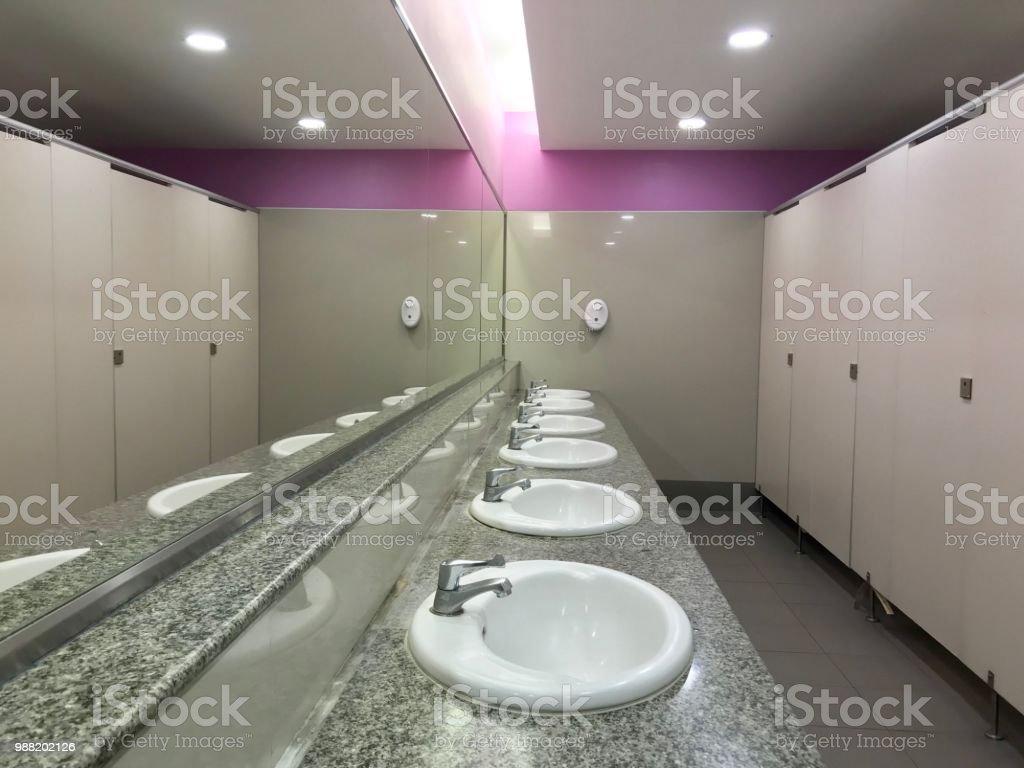 Foto De Cerâmica Branca Lava A Pia E Grande Espelho Em