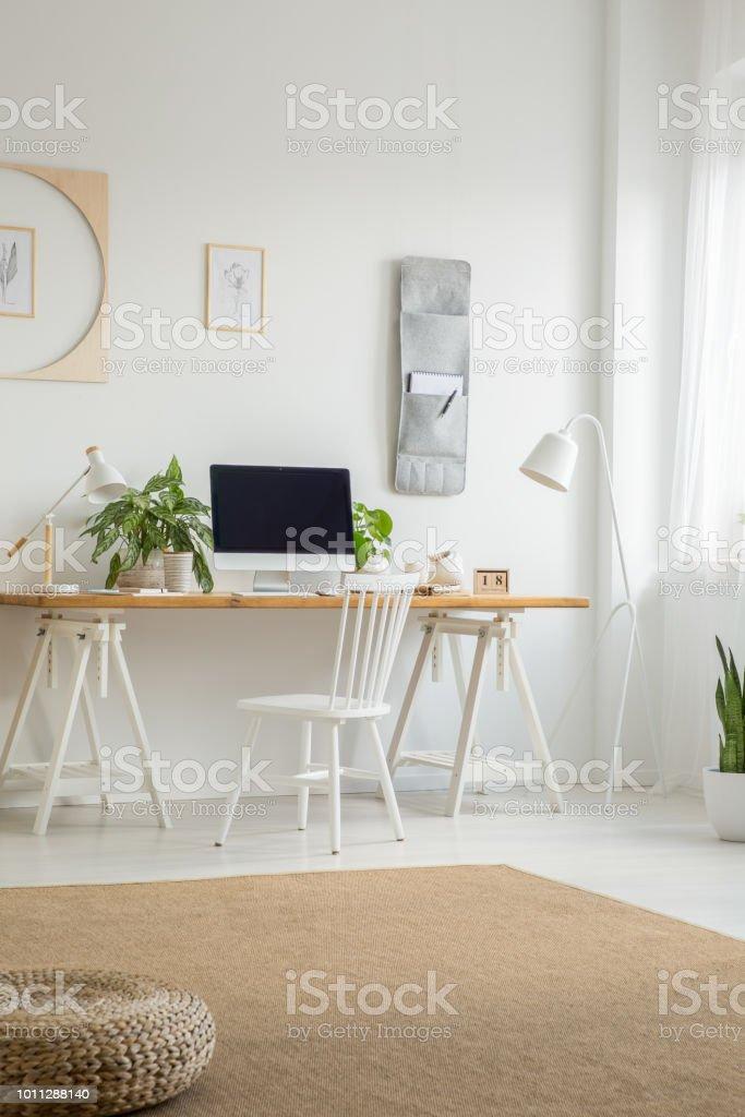 Mit Weißer Stuhl Schreibtisch Im Am Computerdesktop 1cutl5kj3f