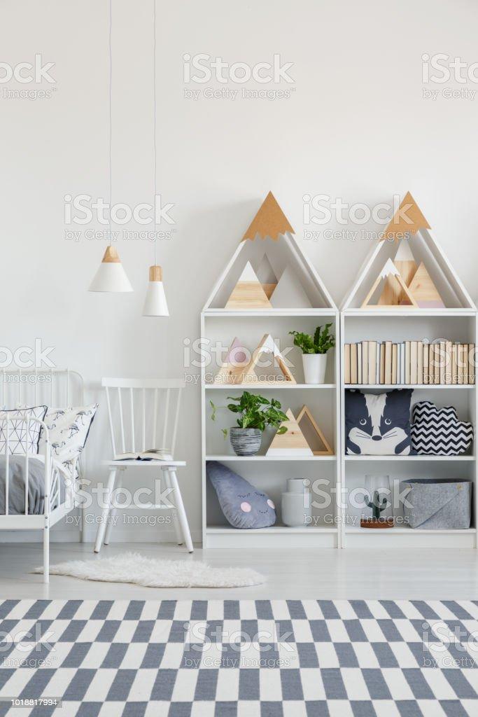 Weißer Stuhl Zwischen Bett Und Regale Im Kinderzimmer ...
